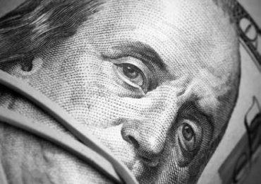 მესამე წელი: გასაოცარი დემოკრატია ფულის ტყვეობაში