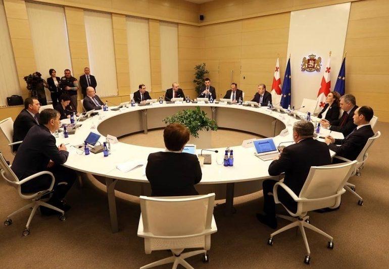 Başbakanın istafasından dolayı tüm hükümet istifa etmiştir