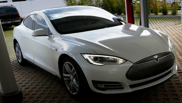 Tesla 135,000 ელექტრომობილს უკან იწვევს