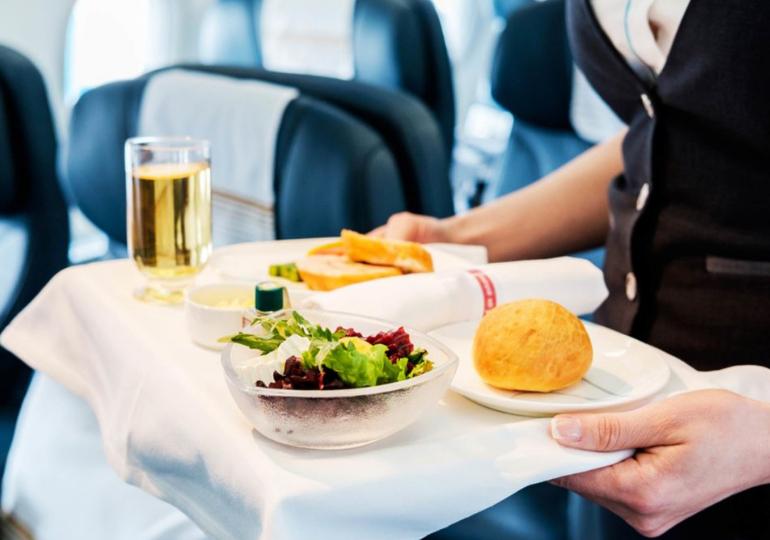 იაპონური ავიაკომპანია მომხმარებელს გაჩერებულ თვითმფრინავში ვახშამს სთავაზობს