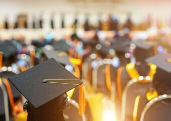 რომელ უნივერსიტეტებს ჰყავს ყველაზე მდიდარი კურსდამთავრებულები?